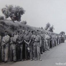 Militaria: FOTOGRAFÍA SOLDADOS DEL EJÉRCITO NACIONAL. CENSURA FET Y JONS. Lote 177012178