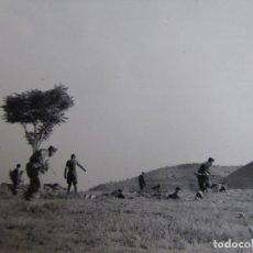 Militaria: FOTOGRAFÍA SOLDADOS DEL EJÉRCITO NACIONAL. CENSURA FET Y JONS. Lote 177012523