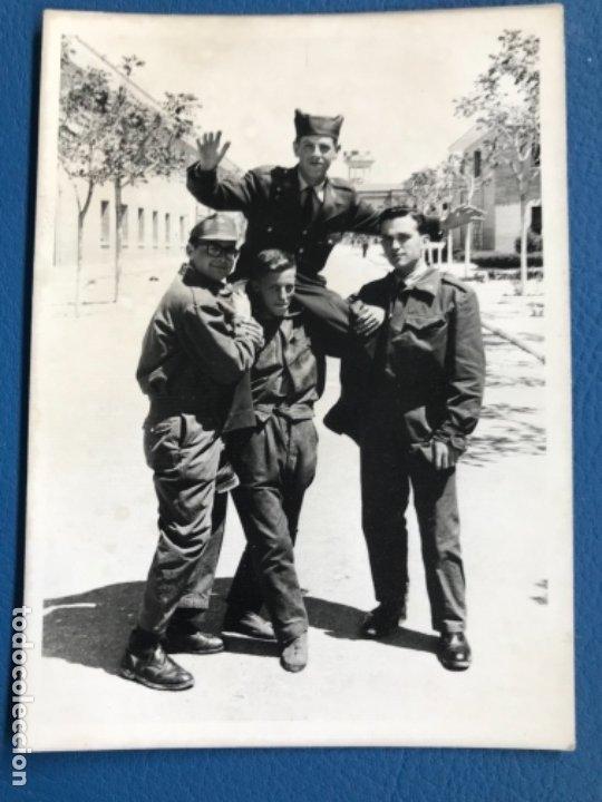 CUARTEL MILITAR DE VITORIA SOLDADOS SARGENTO POSANDO FOTO MILITARES INSTRUCCION 1965 VITORIA CUARTE (Militar - Fotografía Militar - Otros)