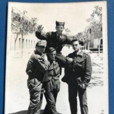 Militaria: CUARTEL MILITAR DE VITORIA SOLDADOS SARGENTO POSANDO FOTO MILITARES INSTRUCCION 1965 VITORIA CUARTE. Lote 177083668