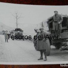 Militaria: FOTOGRAFIA DE CONVOY DE TROPAS NACIONALES DURANTE LA GUERRA CIVIL, MIDE 18 X 13 CMS.. Lote 177456057