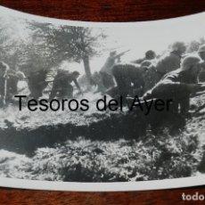 Militaria: FOTOGRAFIA DEL FRENTE DURANTE LA GUERRA CIVIL, SOLDADOS AVANZANDO SU POSICION, MIDE 18 X 13 CMS.. Lote 177456744