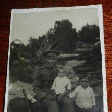 Militaria: FOTOGRAFIA DE MILITAR JUNTO CON SUS HIJOS, TAMAÑO POSTAL.. Lote 177705505