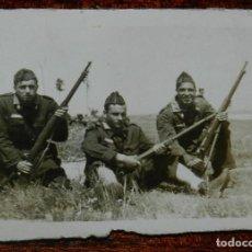 Militaria: FOTOGRAFIA DE SOLDADOS PARECEN DE FERROCARRILES, MIDE 7,5 X 6 CMS.. Lote 177708497