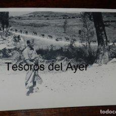 Militaria: FOTOGRAFIA DE CONVOY DE TROPAS NACIONALES, GUERRA CIVIL, SOLDADO CON BANDERINES PARA HACER SEÑALES A. Lote 177786367