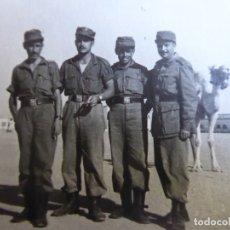 Militaria: FOTOGRAFÍA SOLDADOS DEL EJÉRCITO ESPAÑOL. VILLA CISNEROS 1959. Lote 177957532