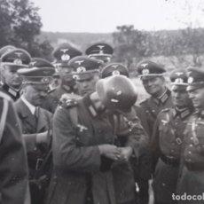 Militaria: FOTOGRAFIA HITLER ENTRE GENERALES EN EL FRENTE. Lote 178021535