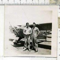 Militaria: FOTOGRAFIA DE UNA AVION COMPAÑIA AERONICA PILOTOS JULIO 1946. Lote 178058727