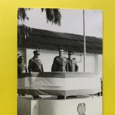Militaria: FOTOGRAFIA DESFILE MILITAR FOTO GENERAL FRANQUISMO TRIBUNA ESCUDO BANDERA DE ESPAÑA. Lote 178092804