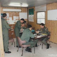 Militaria: INTERESANTE FOTOGRAFÍA. BATALLÓN MILITARES ESCUADRÓN DEL EJERCITO DEL AIRE ESPAÑOL EN DESPACHO.. Lote 178124499