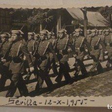 Militaria: ANTIGUA FOTOGRAFIA.DESFILE GUARDIA CIVIL.SEVILLA 1955. Lote 178155868