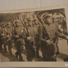 Militaria: ANTIGUA FOTOGRAFIA.DESFILE GUARDIA CIVIL.SEVILLA? 1956. Lote 178155957