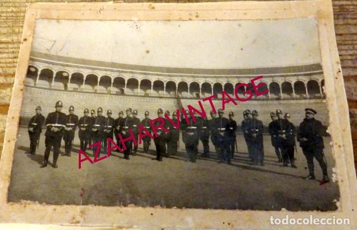 SEVILLA, AÑOS 10-20, ESPECTACULAR FOTOGRAFIA, GUARDIAS, POLICIAS EN LA PLAZA DE TOROS,185X135MM (Militar - Fotografía Militar - Otros)