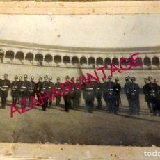 Militaria: SEVILLA, AÑOS 10-20, ESPECTACULAR FOTOGRAFIA, GUARDIAS, POLICIAS EN LA PLAZA DE TOROS,185X135MM. Lote 178444863