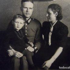 Militaria: CADETE DE LA WEHRMACHT POSANDO CON SU ESPOSA E HIJO. AÑOS 1939-45. Lote 179103858