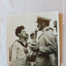 Militaria: FOTOGRAFIA MARINA, ENTREGANDO TROFEO, 1942. Lote 179530700