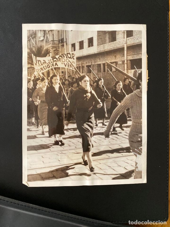 MUJERES EN GUERRA CIVIL 1. FOTOGRAFÍA ORIGINAL MILICIANAS VOLUNTARIAS DESFILAN EN BARCELONA 1937 (Militar - Fotografía Militar - Guerra Civil Española)