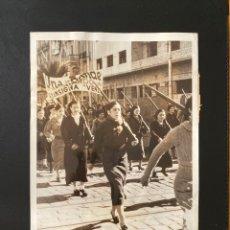 Militaria: MUJERES EN GUERRA CIVIL 1. FOTOGRAFÍA ORIGINAL MILICIANAS VOLUNTARIAS DESFILAN EN BARCELONA 1937. Lote 180121603