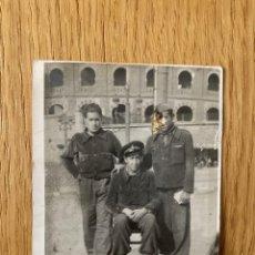 Militaria: FOTOGRAFÍA ORIGINAL GUERRA CIVIL. MILICIANOS JUNTO A PLAZA DE TOROS EN BARCELONA.. Lote 180122267