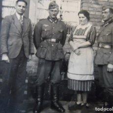 Militaria: SOLDADOS DE LA WEHRMACHT CON SU FAMILIA DELANTE DE SU CASA. AÑOS 1939-45. Lote 180129927