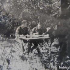 Militaria: SOLDADOS DE LA WEHRMACHT ESTUDIANDO MAPAS EN UN BOSQUE. III REICH. AÑOS 1939-45. Lote 180188236