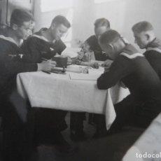Militaria: MARINOS DE LA KRIEGSMARINE ESCRIBIENDO CON PLUMINES Y ESTUDIANDO. III REICH. AÑOS 1939-45. Lote 180194620