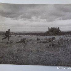 Militaria: FOTOGRAFIA SOLDADOS ALEMANES AL ASALTO EN CAMPO ABIERTO. POSIBLEMENTE FRENTE ORIENTAL. Lote 180217408