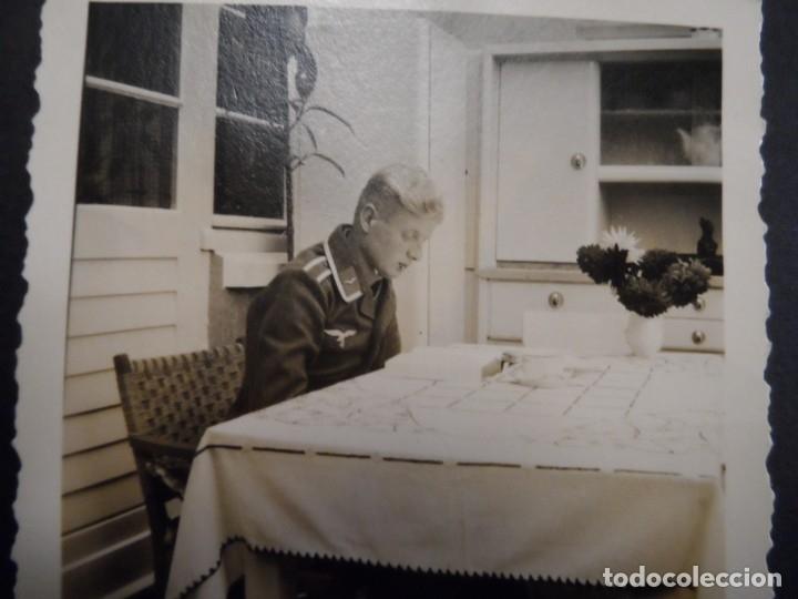 SUBOFICIAL DE LA LUFTWAFFE ESTUDIANDO EN LA COCINA. AÑOS 1939-45 (Militar - Fotografía Militar - II Guerra Mundial)