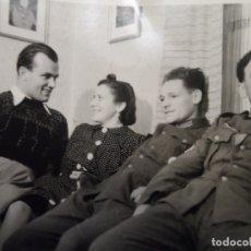 Militaria: SOLDADOS DE LA WEHRMACHT CONDECORADOS CON AMIGOS EN UN SOFA . III REICH. AÑOS 1939-45. Lote 180265047