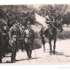 Militaria: FOTOGRAFÍA.- ALFONSO XIII CON FRANCO A CABALLO. OFICIALES DE CABALLERÍA. 23X16. FOTO RAGEL.. Lote 180343676