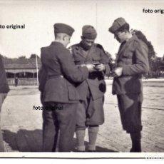 Militaria: OFICIALES ALEMAN LEGION CONDOR E ITALIANOS CTV HABLANDO HUELVA GUERRA CIVIL. Lote 180481256