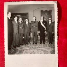 Militaria: FOTOGRAFIA MINISTERIO DEL AIRE 1962 MINISTRO BENJUMEA MILITARES POSANDO CONDECORACIONE CUADRO FRANCO. Lote 181194472