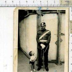 Militaria: FOTOGRAFIA GUARDIA URBANA CON CASO DE PINCHO Y SABLE. Lote 181799317