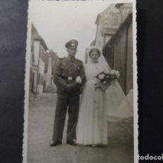 Militaria: SUBOFICIAL DE LA WEHRMACHT CRUZ DE HIERRO Y OSTMEDAILLE CON SU ESPOSA. FOTO BODA. AÑO 1942. Lote 181982415