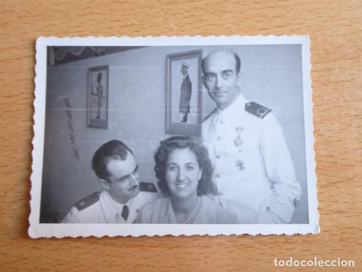 Militaria: Fotografía alférez de navío Armada. Medalla orden civil de la beneficencia - Foto 2 - 182409798