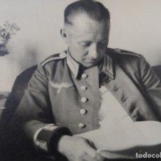 Militaria: OFICIAL DE LA WEHRMACHT DE GALA LEYENDO EL PERIODICO. III REICH. 24-6-1941. Lote 182428662