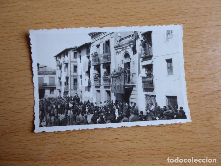 Militaria: Fotografía oficiales del ejército nacional. Ayuntamiento 1938 - Foto 2 - 182787726