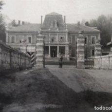 Militaria: SOLDADO DE LA WEHRMACHT GUARDANDO PALACIO FRANCES REQUISADO. III REICH. AÑOS 1940-44. Lote 183504078