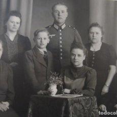 Militaria: CADETE DE LA WEHRMACHT POSADO CON TODA SU FAMILIA. III REICH. AÑOS 1939-45. Lote 183547255