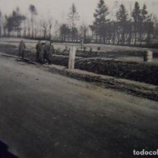 Militaria: SOLDADOS DE LA WEHRMACHT PASEANDO DELANTE DE TUMBAS CON CASCOS. III REICH. AÑOS 1939-45. Lote 183777166