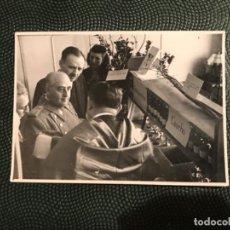 Militaria: FRANCISCO FRANCO FOTOGRAFIA DEL GENERAL EN VISITA PRODUCCION ARTICULOS CURA 11,5 X 8,5. Lote 183933145