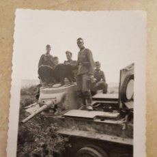 Militaria: ALEMANIA 2ª GUERRA MUNDIAL . FOTO SOLDADOS ALEMANES CON TANQUE SOVIETICO DESTRUIDO . ORIGINAL 100%. Lote 184018648
