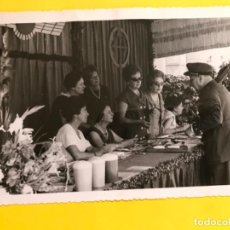 Militaria: CARMEN POLO FRANCO Y GENERAL FOTOGRAFIA COLECTA MESA MUJERES CRUZ DE SANTIAGO EJERCITO AIRE 17,5X11. Lote 184171720