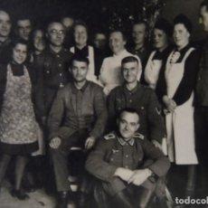 Militaria: SOLDADOS DE LA WEHRMACHT CON PERSONAL DE HOSPITAL MILITAR. III REICH. AÑOS 1939-45. Lote 184280951