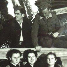 Militaria: FOTOGRAFÍA DE DOS SOLDADOS DEL BANDO NACIONAL Y UNA CHICA DE LA FALANGE, TARIFA 1938.. Lote 184457333