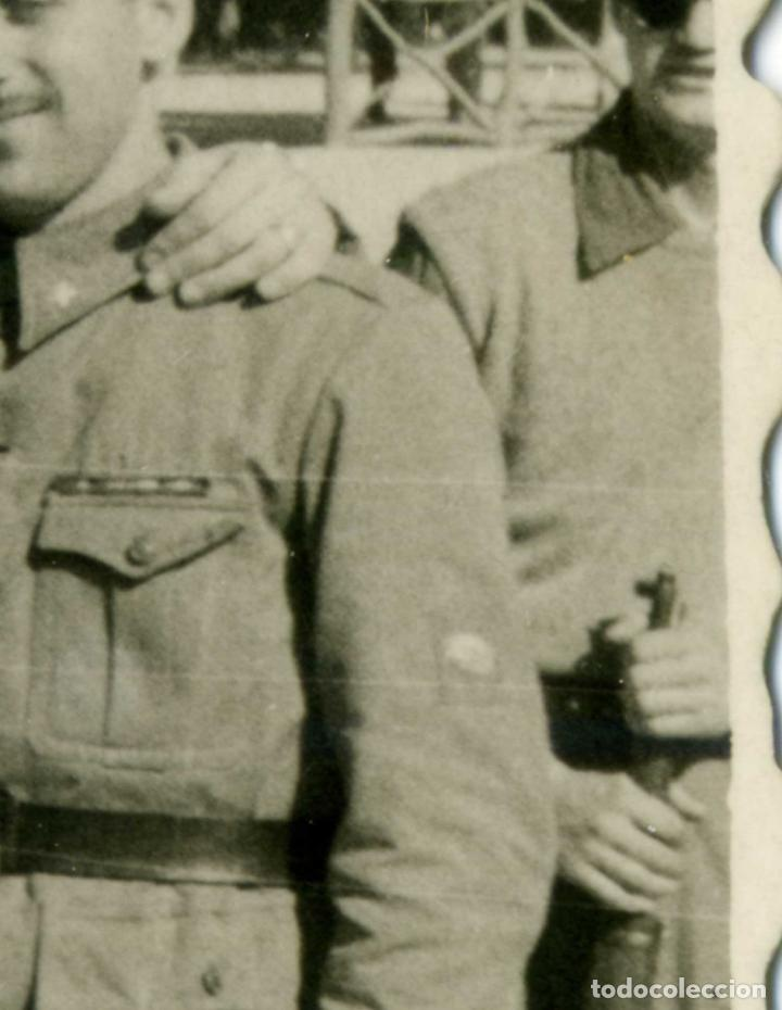 Militaria: FOTOGRAFIA MILITAR GRUPO DE SOLDADOS , UNO CON PARCHE DE EX-COMBATIENTE DIVISIÓN AZUL - Foto 2 - 184798603