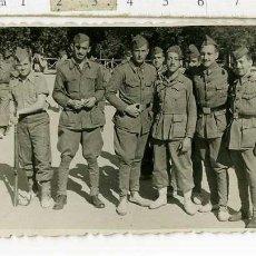 Militaria: FOTOGRAFIA MILITAR GRUPO DE SOLDADOS , UNO CON PARCHE DE EX-COMBATIENTE DIVISIÓN AZUL. Lote 184798603