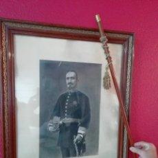 Militaria: 2 FOTOS 50X65 CM Y BASTON MANDO DEL GENERAL SANZ PASTOR. ZAZUAR BURGOS FOTOGRAFO CERVERA VALLADOLID. Lote 186399623