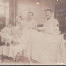Militaria: FOTOGRAFIA HOSPITAL MILITAR - MILITAR ATENDIDO POR MEDICOS. Lote 188534348