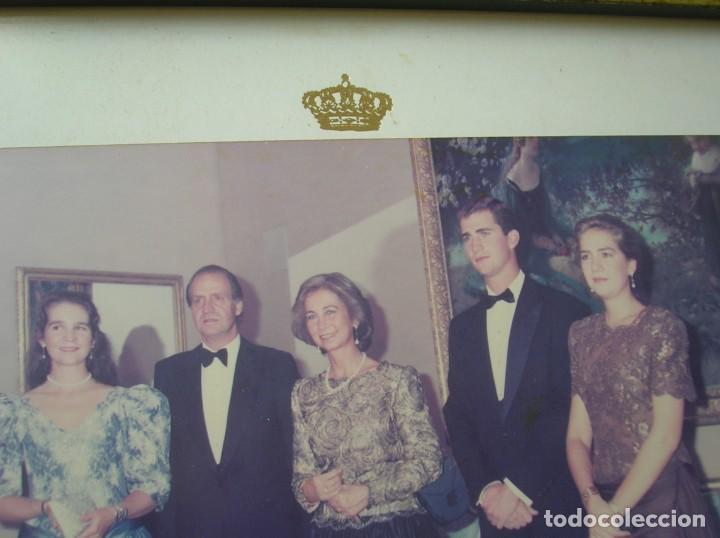 Militaria: RARÍSIMA FOTOGRAFIA. FAMILIA REAL ESPAÑOLA FIRMADA Y DEDICADA. D. JUAN CARLOS Y Dª SOFIA. AÑO 1992. - Foto 11 - 188734892